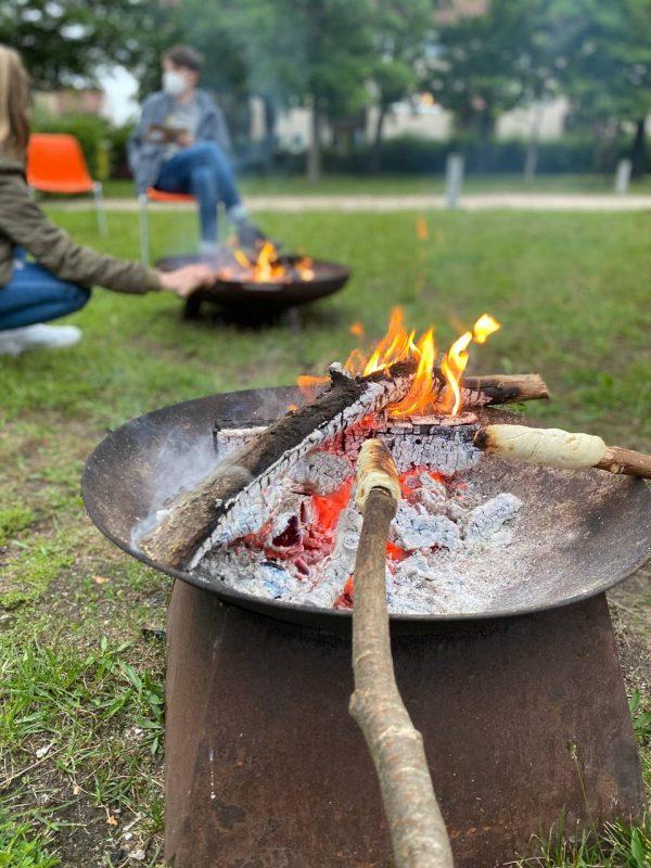 Stockbrot am Lagerfeuer bei den Pfadfindern